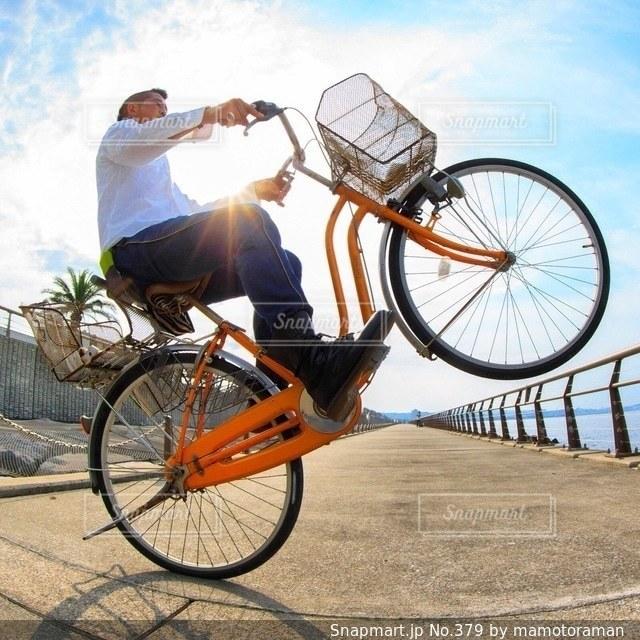 自転車の後ろに乗って男 - No.379