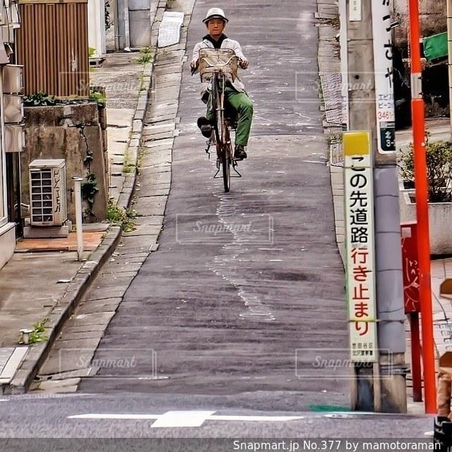 通りを歩いて男 - No.377