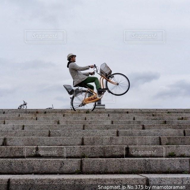 自転車に乗りながら空気を通って飛んで男 - No.375
