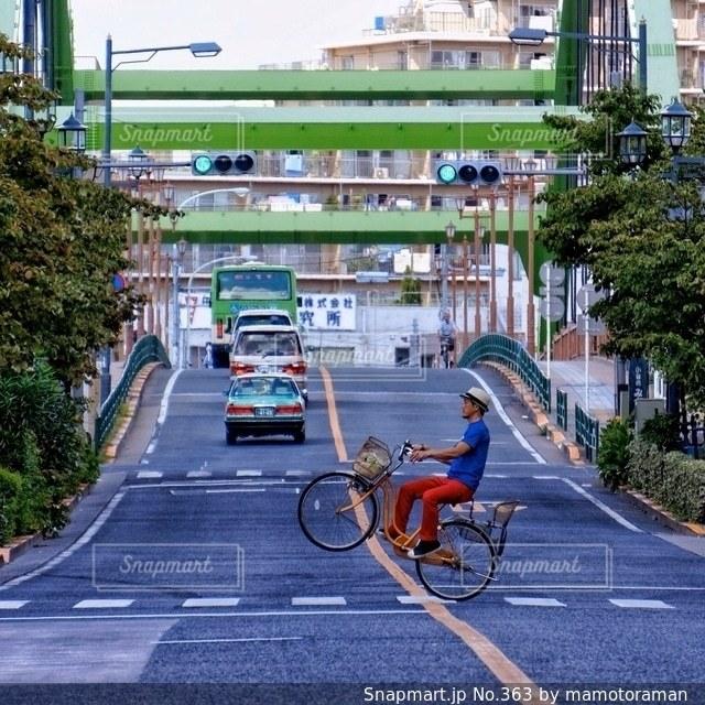 都市の通り自転車に乗る男 - No.363