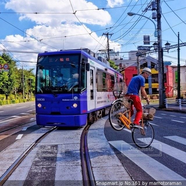 都市の通り自転車に乗る男 - No.361