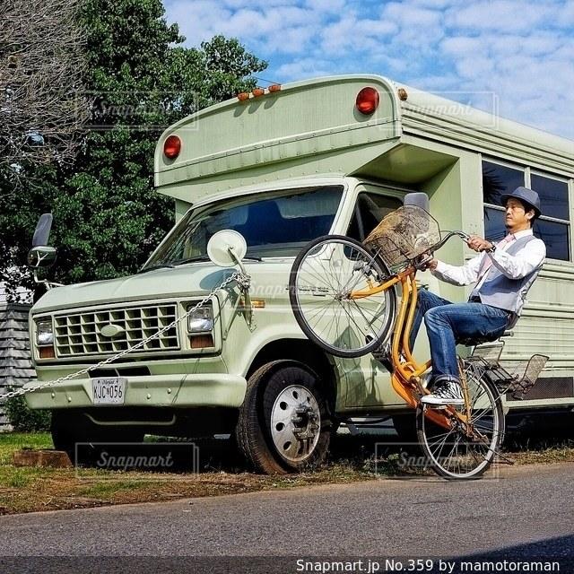 トラックの荷台に乗っている人々 のグループの写真・画像素材[359]