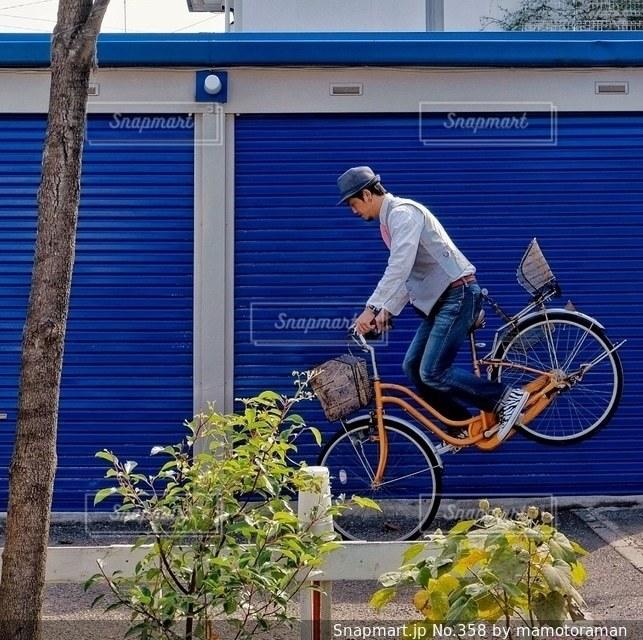 建物の前に自転車を持つ男の写真・画像素材[358]