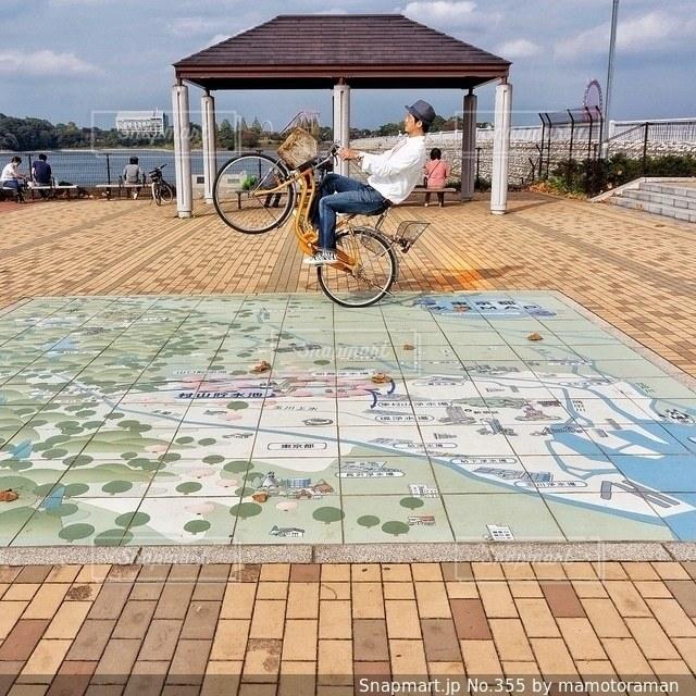 自転車は建物の脇に駐車の写真・画像素材[355]