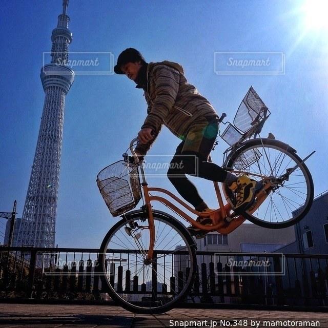 自転車に乗りながら空気を通って飛んで男 - No.348
