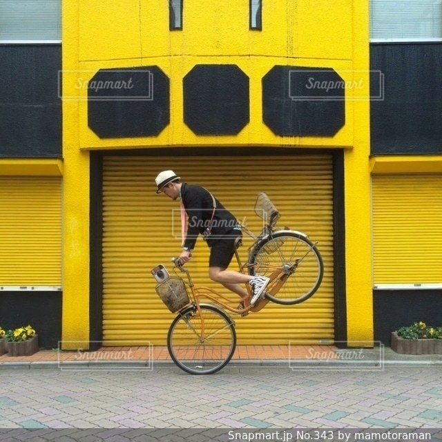 建物の前に駐車した黄色いスクールバス - No.343