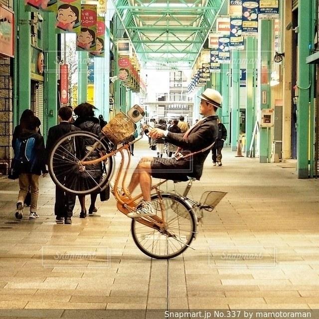 自転車の横にある歩道を歩いて人々 のグループ - No.337