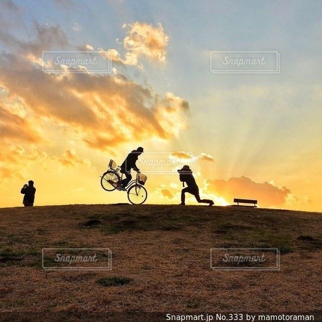 背景の夕日とフィールドの人々 のグループ - No.333