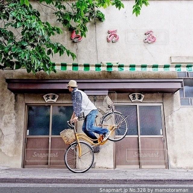 自転車は建物の脇に駐車 - No.328