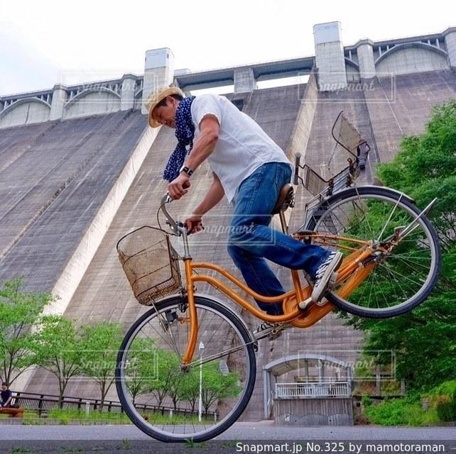 自転車の後ろに乗って男の写真・画像素材[325]