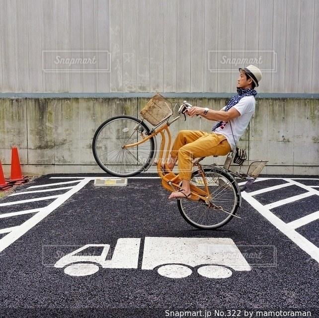 自転車を持って男は、 - No.322