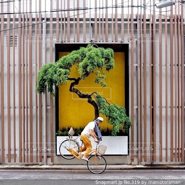 建物の前に自転車の写真・画像素材[319]