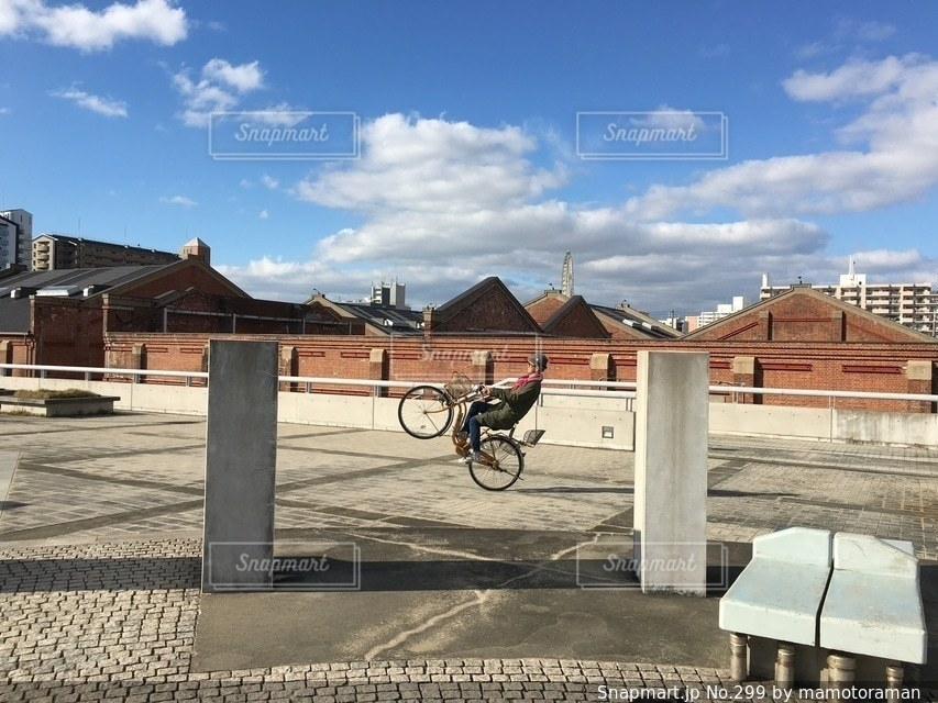 自転車は建物の脇に駐車の写真・画像素材[299]
