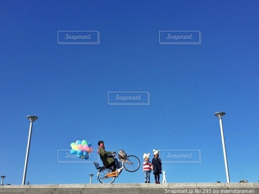 空気中のジャンプの人々 のグループの写真・画像素材[295]