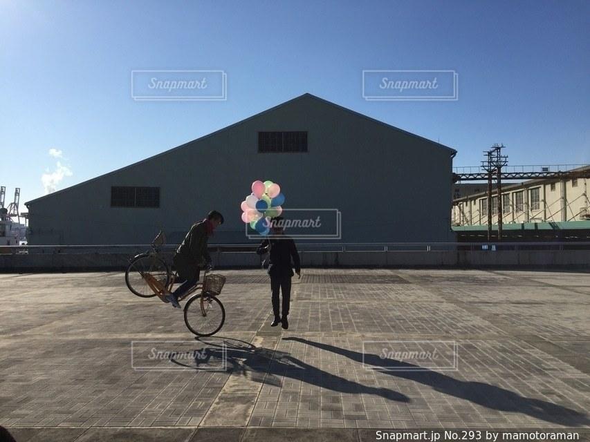 自転車の後ろに乗っている人のグループ - No.293