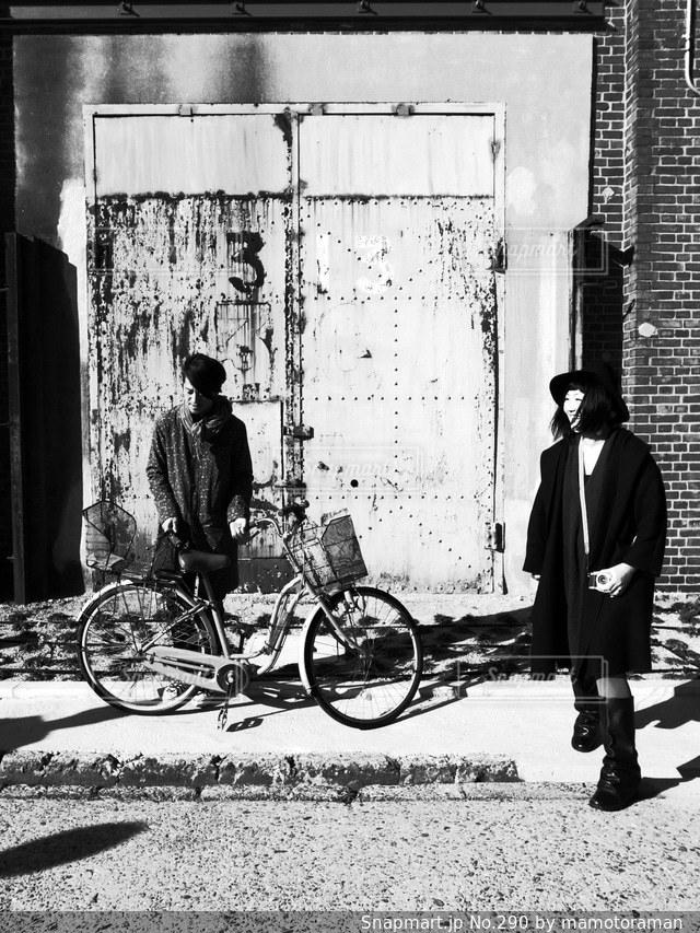 建物の前に自転車を持つ男の写真・画像素材[290]