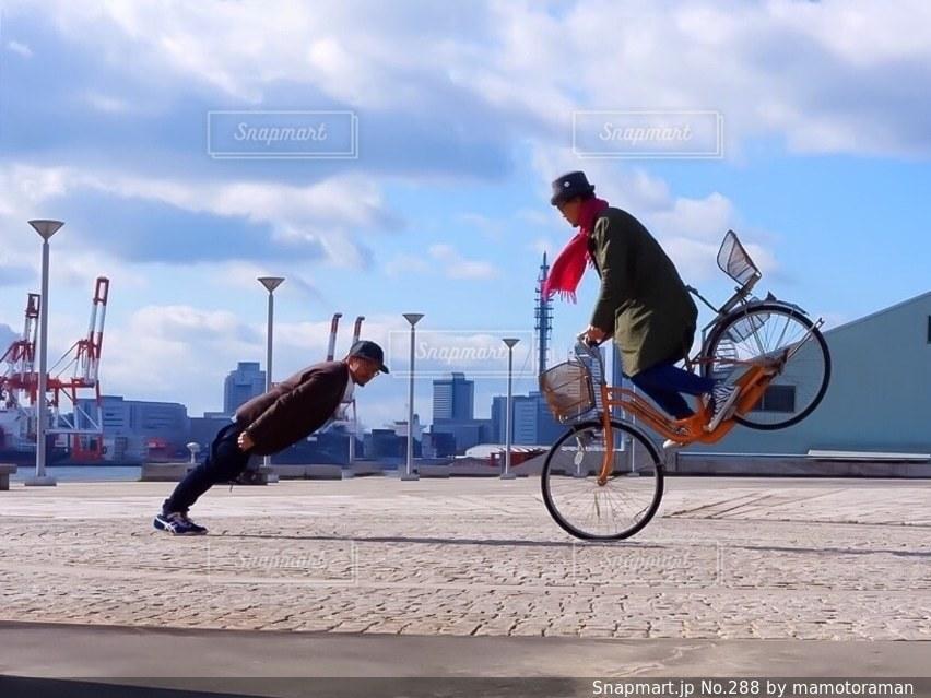 自転車に乗りながら空気を通って飛んで男 - No.288