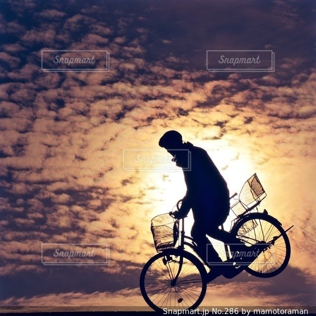 自転車の後ろに乗って男の写真・画像素材[286]
