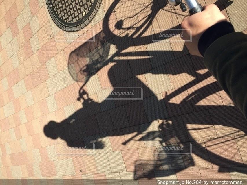 自転車を持っている手の写真・画像素材[284]