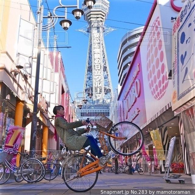自転車の後ろに乗っている人のグループの写真・画像素材[283]
