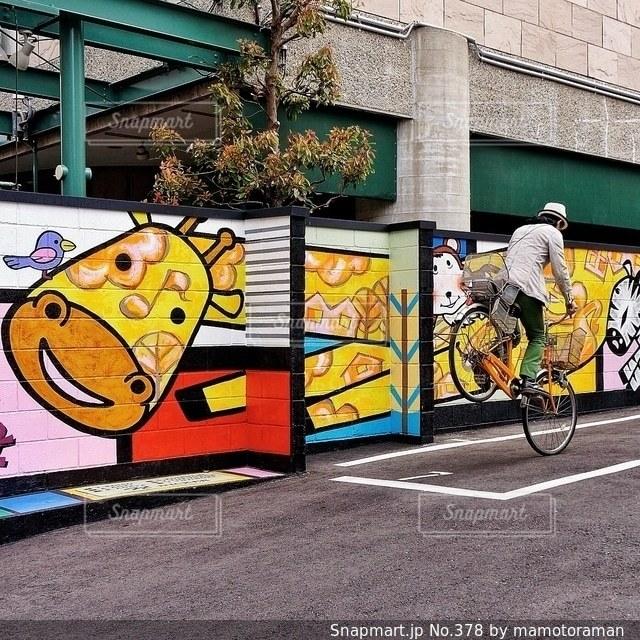 建物の側に落書きと自転車 - No.378