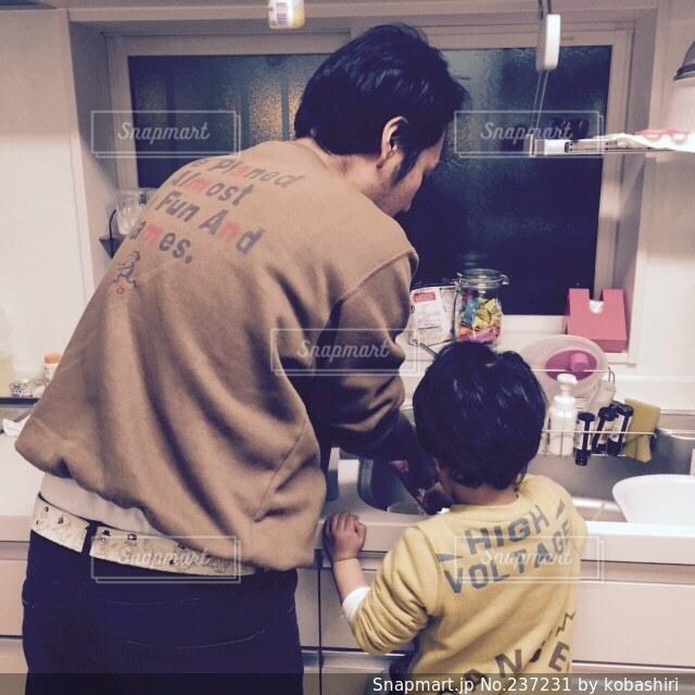 男性,子ども,家族,2人,キッチン,親子,後ろ姿,男,台所,父子,飯,家事,手伝い,仲の写真素材