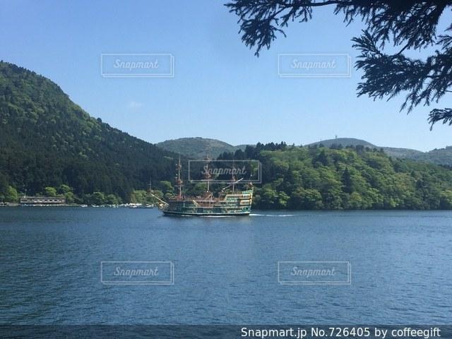 水の大きな体で小さなボートの写真・画像素材[726405]