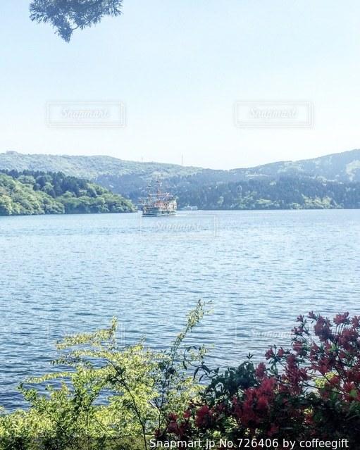 背景の山と水の大きな体の写真・画像素材[726406]
