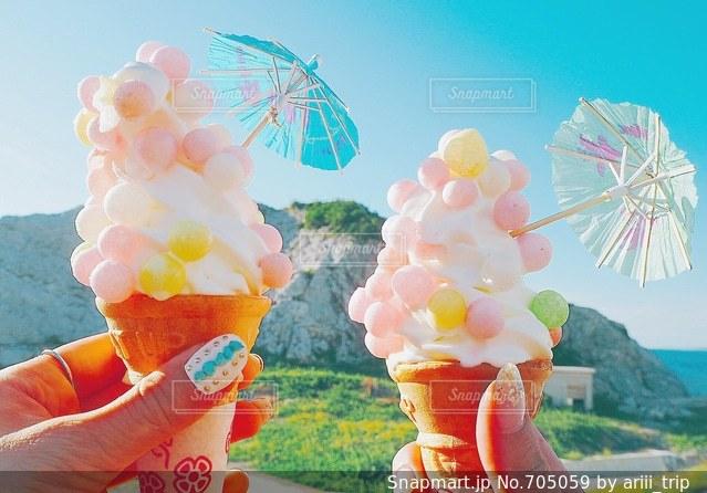 お洒落なカラフルソフトクリームの写真・画像素材[705059]
