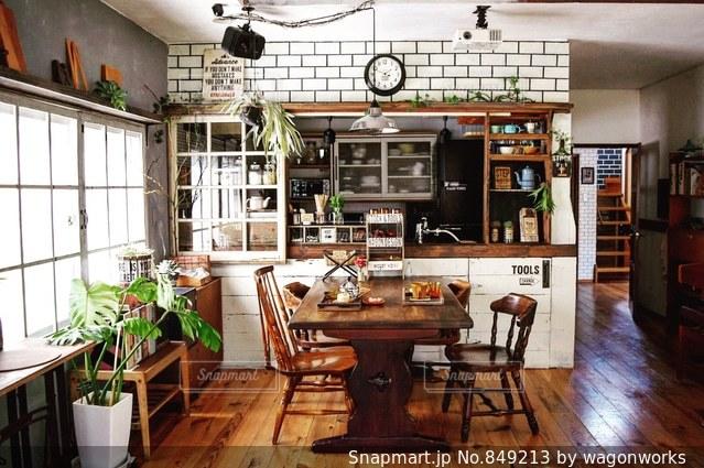 リビング ルームの家具と暖炉でいっぱいの写真・画像素材[849213]