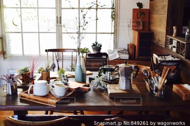 ダイニング テーブル付きのキッチンの写真・画像素材[849261]
