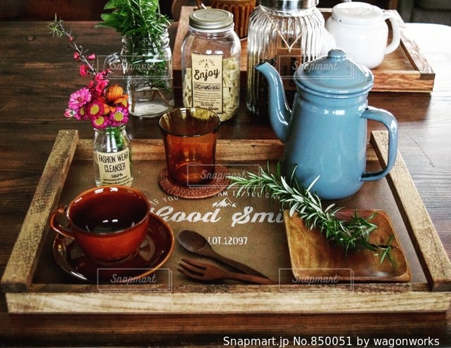 木製のテーブルの上に花の花瓶の写真・画像素材[850051]