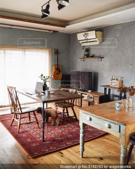 ダイニングルームのテーブルの写真・画像素材[3143163]