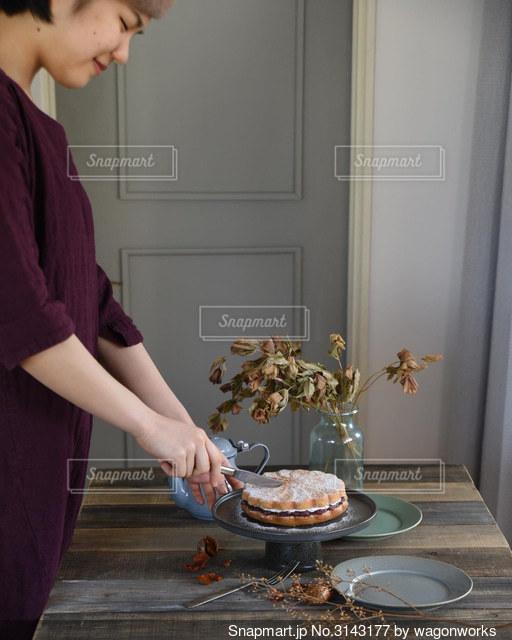 ケーキの前に立っている女性の写真・画像素材[3143177]