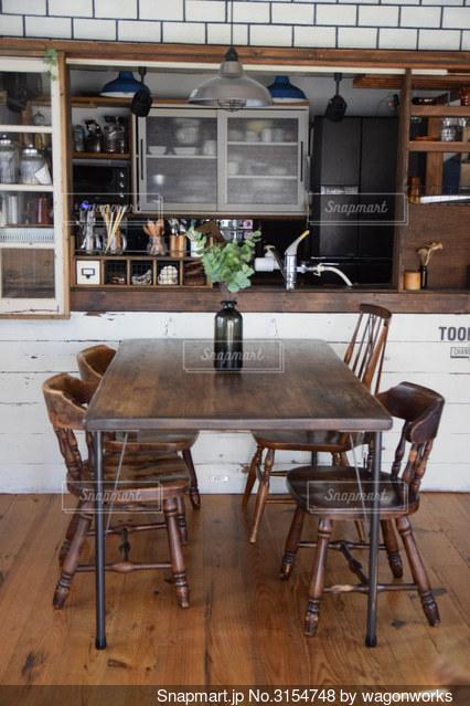 ダイニングルームのテーブルの写真・画像素材[3154748]