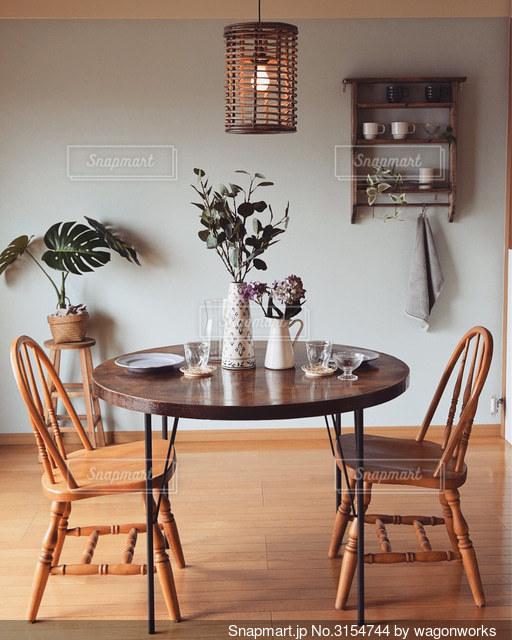 部屋にテーブルと椅子のある台所の写真・画像素材[3154744]