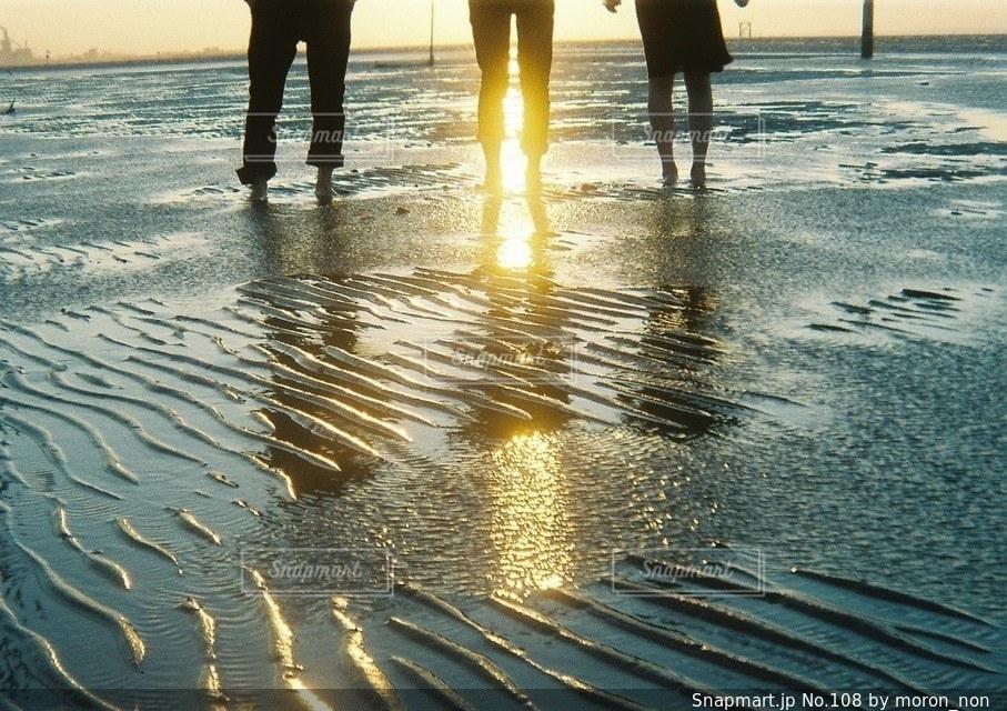 水の体の近くのビーチの人々 のグループ - No.108
