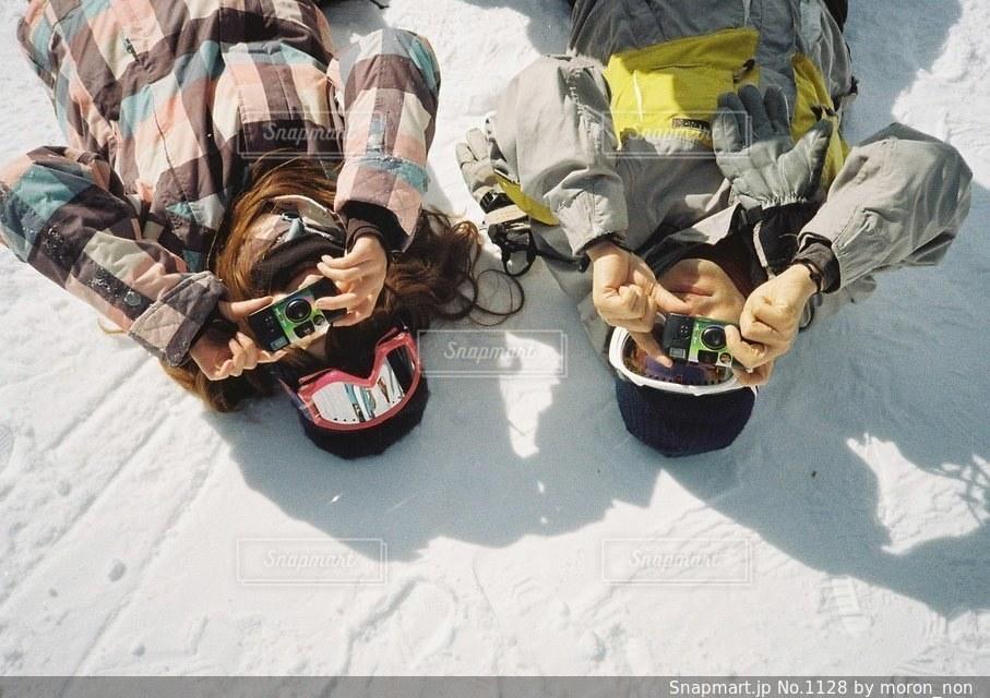 道路の側を下るスノーボードに乗る男の写真・画像素材[1128]