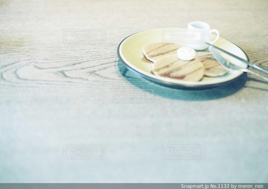 近くのテーブルの上の皿の写真・画像素材[1132]