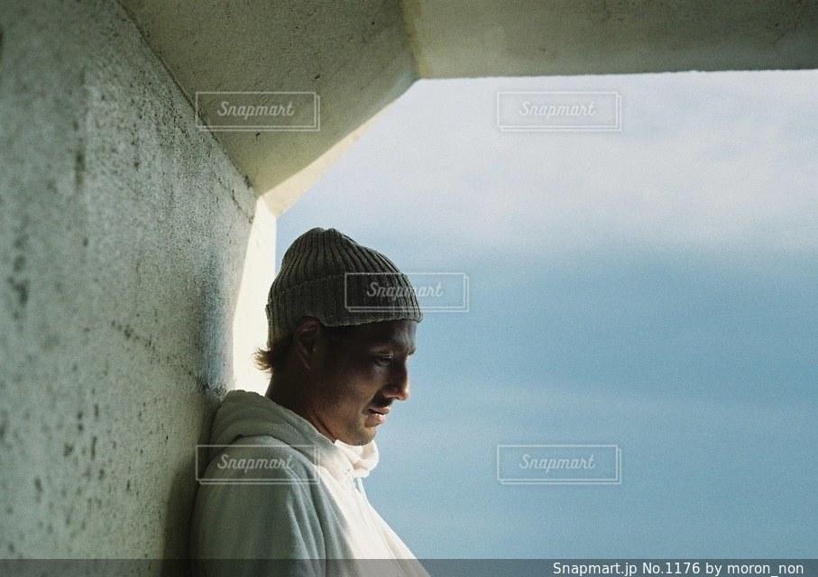 建物の前に立っている男の写真・画像素材[1176]