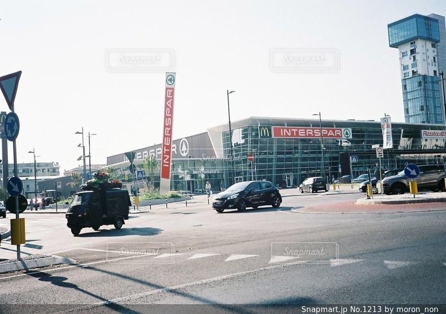 車の通りの都市の運転 - No.1213