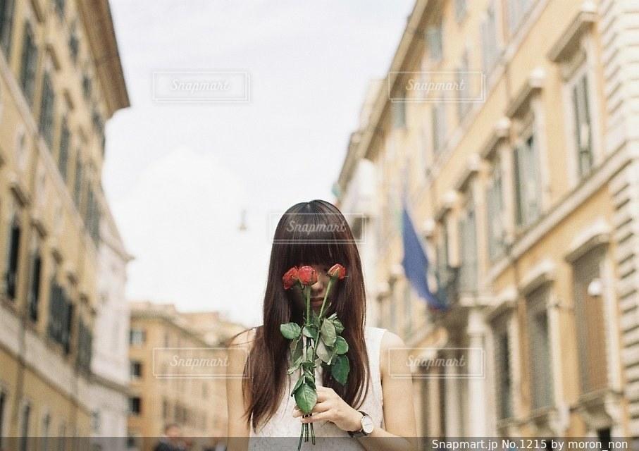 携帯電話で話している街を歩く女性の写真・画像素材[1215]
