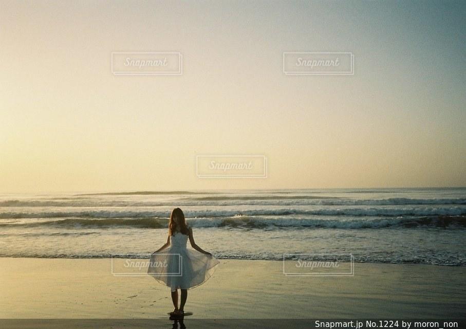 ビーチに立っている人の写真・画像素材[1224]