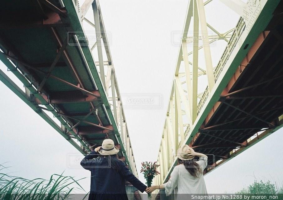 橋の上に立っている人の写真・画像素材[1288]