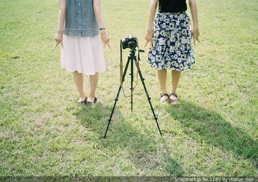 フィールドに立っている女性の写真・画像素材[1289]