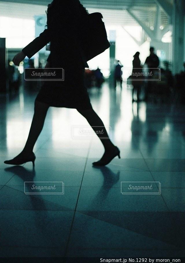 通りを歩く女性 - No.1292