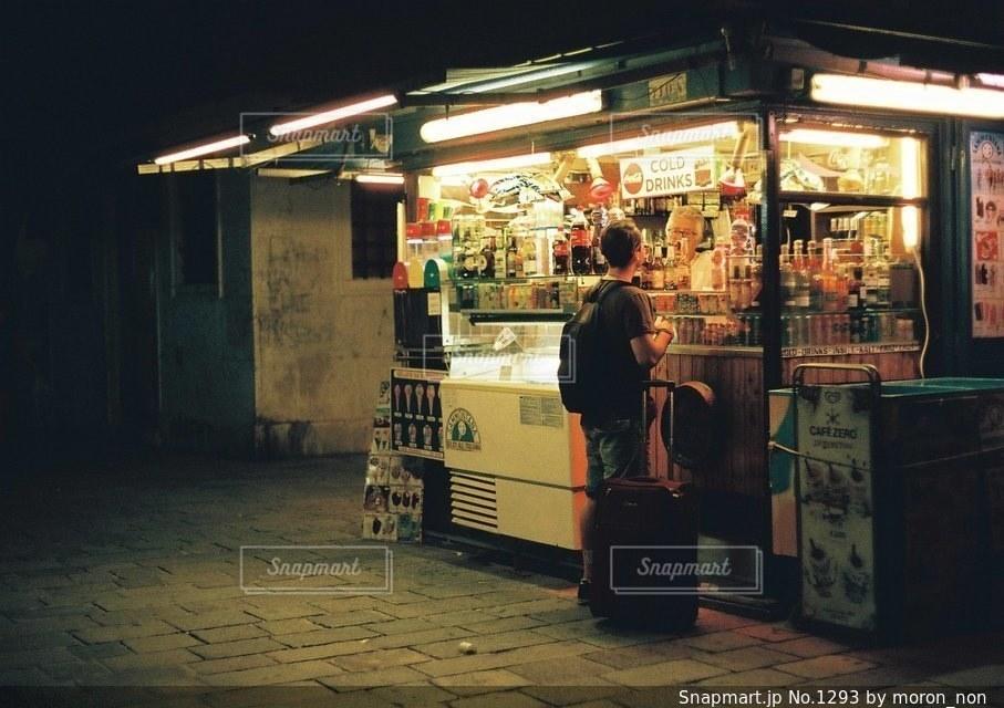 店の前に立っている人々 のグループの写真・画像素材[1293]