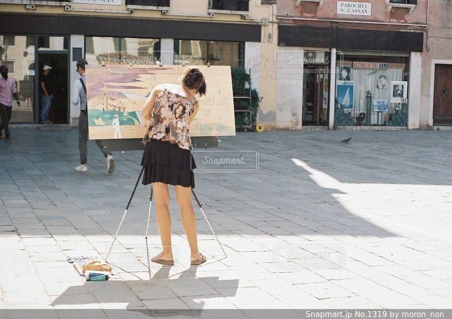 建物の隣に歩道を歩いている人の写真・画像素材[1319]