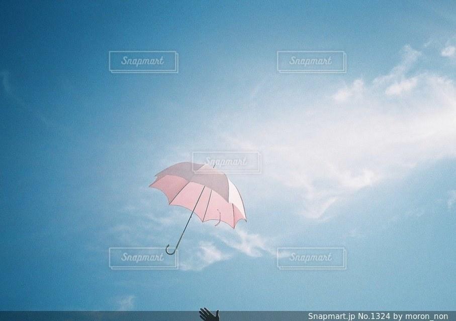 近くの曇りの日に傘をの写真・画像素材[1324]