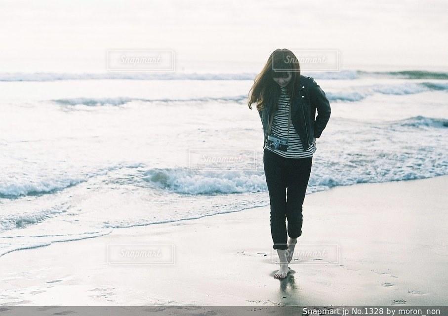 ビーチの上を歩く女性の写真・画像素材[1328]